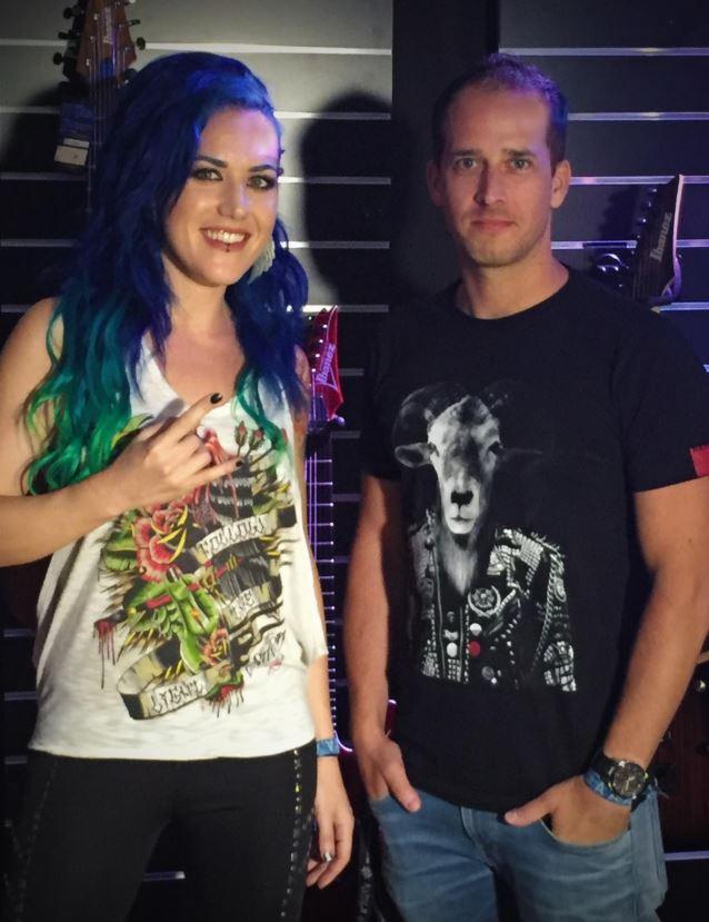 Alissa White-Gluz con Thomas Caser, director de Napalm Records